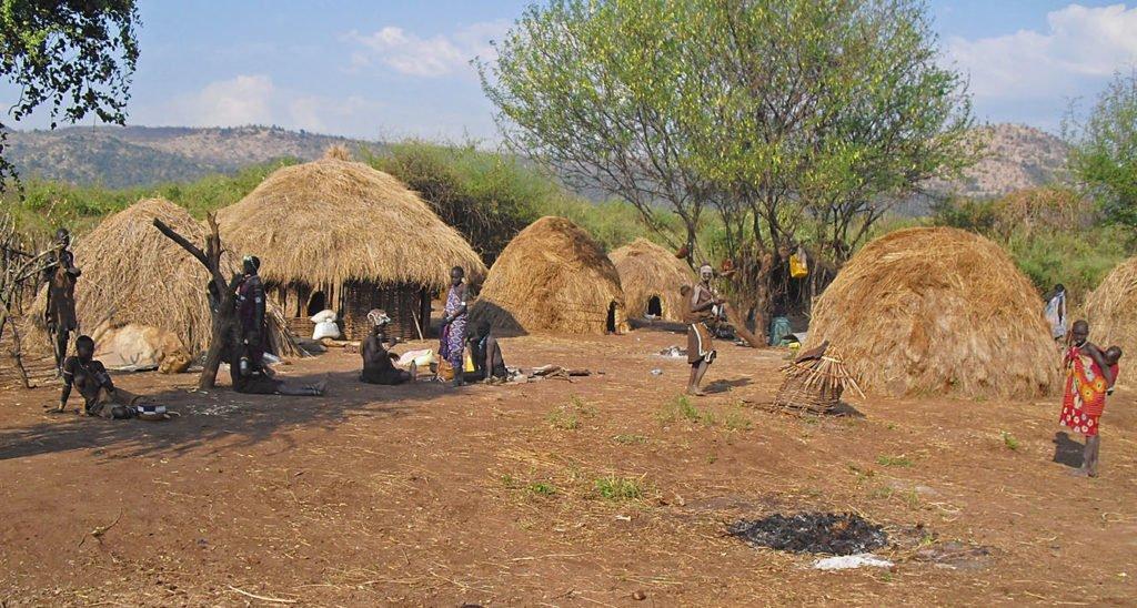 Mursi-villaggio-panoramica-Omo-Valley-Etiopia-Africa